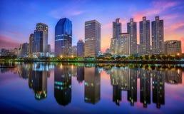 Costruzione con la riflessione a Bangkok Immagine Stock