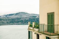 costruzione con la vista sul albano del lago e sulle colline di Alban in Castel Gandolfo, Roma fotografia stock libera da diritti