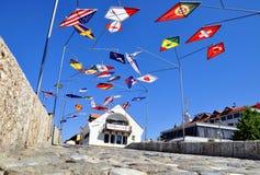 Costruzione con le bandiere, Prizren del metallo fotografia stock libera da diritti