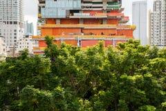 Costruzione con le costruzioni della città Fotografia Stock