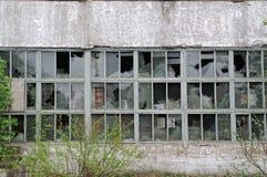 Costruzione con le finestre rotte Fotografia Stock