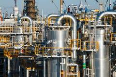 Costruzione con le gru di grande stabilimento chimico blu ad una raffineria di petrolio, centrale petrolchimica fotografia stock