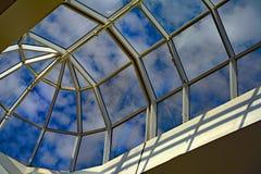 Costruzione con un tetto di vetro di vetro che guarda al cielo blu Fotografia Stock Libera da Diritti