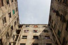 Costruzione consumata usata come a casa vicino gente povera Fotografia Stock