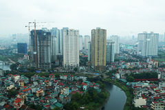 Costruzione in costruzione accanto al comlex dell'appartamento Fotografie Stock Libere da Diritti