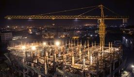 Costruzione in costruzione con la gru Immagini Stock Libere da Diritti