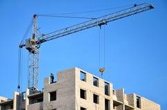 Costruzione in costruzione con la gru Immagine Stock