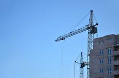 Costruzione in costruzione con la gru Immagini Stock