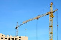 Costruzione in costruzione con la gru Fotografie Stock