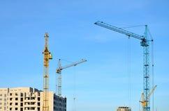 Costruzione in costruzione con la gru Immagine Stock Libera da Diritti