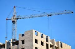 Costruzione in costruzione con la gru Fotografia Stock