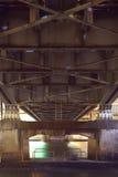 Costruzione d'acciaio da sotto il vecchio ponte Fotografie Stock