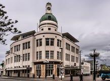 Costruzione d'angolo con la torre di orologio a Napier, Nuova Zelanda Fotografie Stock Libere da Diritti