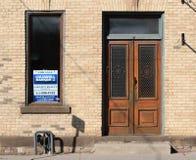 Costruzione da vendere con i portelli di legno Fotografia Stock Libera da Diritti