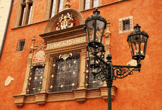 Costruzione decorata nella vecchia città (Stare Mesto), Praga Fotografia Stock