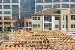 Costruzione degli alloggi nuovi, fondo dell'edificio per uffici Immagini Stock