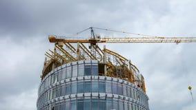 Costruzione degli edifici per uffici moderni, al rallentatore archivi video