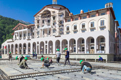 Costruzione degli hotel nella stazione sciistica della montagna di Soci per i Olympics 2014 Lavoro dei costruttori al cantiere Fotografia Stock Libera da Diritti