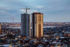 Costruzione dei grattacieli moderni nell'area a pochi piani della città di Voronež Fotografia Stock