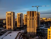 Costruzione dei grattacieli moderni nell'area a pochi piani della città di Voronež Fotografia Stock Libera da Diritti