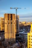 Costruzione dei grattacieli moderni nell'area a pochi piani della città di Voronež Immagini Stock