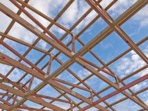 Costruzione del blocco per grafici del tetto sotto cielo blu nuvoloso Immagine Stock Libera da Diritti