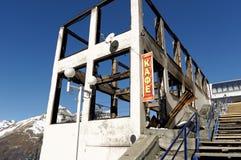 Costruzione del caffè dopo fuoco Stazione sciistica in Dombai Karachay-Cherkessia, Russia, il 24 novembre 2016 Immagine Stock
