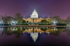 Costruzione del Campidoglio alla costruzione di notte - Washington, D C Immagini Stock Libere da Diritti
