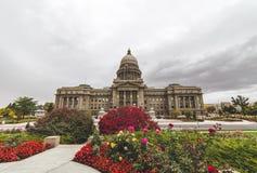 Costruzione del Campidoglio dello stato dell'Idaho con i fiori della primavera fotografie stock
