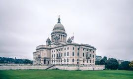 Costruzione del capitol dello stato del Rhode Island il giorno nuvoloso fotografie stock