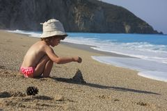 Costruzione del castello della sabbia fotografia stock