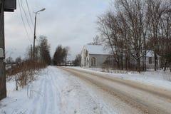 Costruzione del cinema nel parco Strada abbandonata di inverno Pulito male Molta neve fotografia stock