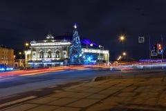 Costruzione del circo di San Pietroburgo e dell'albero di Natale sul Fontanka alla notte St Petersburg, Russia immagini stock libere da diritti