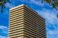 Costruzione del condominio contro il cielo blu Fotografia Stock