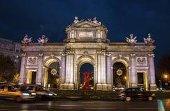 Costruzione del ¡ di Puerta de Alcalà e grande nastro rosso che simbolizzano giorno dell'internazionale dell'AIDS Fotografie Stock Libere da Diritti