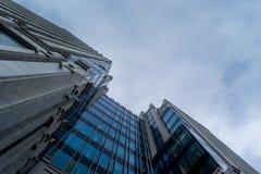 Costruzione del gran affare nel cielo grigio Immagine Stock Libera da Diritti