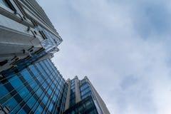 Costruzione del gran affare nel cielo grigio Immagini Stock