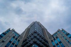 Costruzione del gran affare nel cielo grigio Fotografie Stock