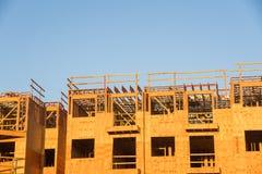 Costruzione del legno del complesso condominiale dell'inquadratura Immagini Stock