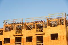 Costruzione del legno del complesso condominiale dell'inquadratura Fotografie Stock