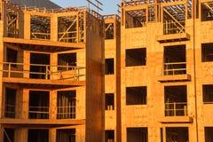 Costruzione del legno del complesso condominiale dell'inquadratura Immagini Stock Libere da Diritti