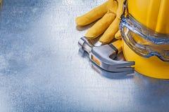 Costruzione del martello da carpentiere dei guanti di cuoio del casco dei vetri di protezione Fotografia Stock Libera da Diritti