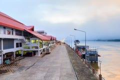 Costruzione del mercato della città alla riva del fiume di mattina Fotografia Stock