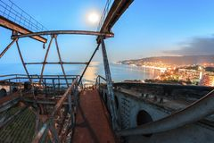 Costruzione del metallo al paesaggio della città di notte immagini stock libere da diritti