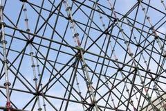 Costruzione del metallo contro il cielo fotografia stock