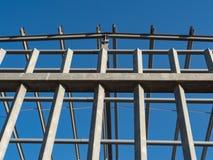 Costruzione del metallo contro il cielo blu fotografia stock libera da diritti