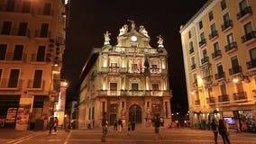 Costruzione del municipio sulla plaza Consistorial alla notte a Pamplona, Spagna video d archivio