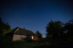 Costruzione del paese sotto il cielo notturno Immagine Stock