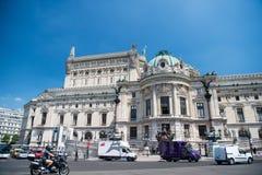 Costruzione del palazzo o di teatro dell'opera di Garnier sul cielo blu soleggiato Immagine Stock