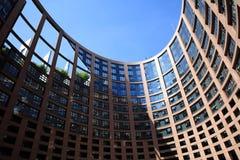 Costruzione del Parlamento Europeo con le finestre dei membri del Parlamento Europeo a Strasburgo Fotografie Stock Libere da Diritti